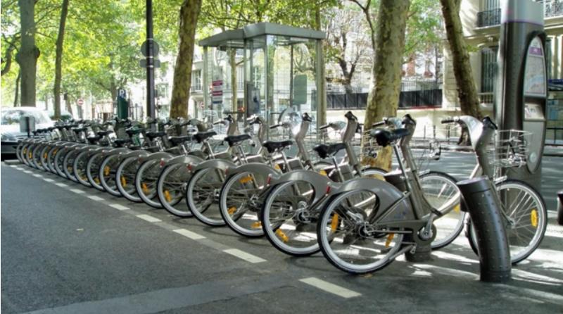 En primer lugar, el proyecto Quanticol se centró en desarrollar un lenguaje de modelado capaz de analizar los sistemas de préstamo de bicicletas en las ciudades.
