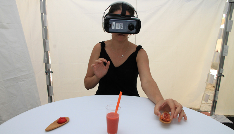 """Caso de uso del proyecto """"Tapas en..."""" por el que mediante realidad inmersiva, se ofrece una nueva experiencia que une realidad virtual y gastronomía."""