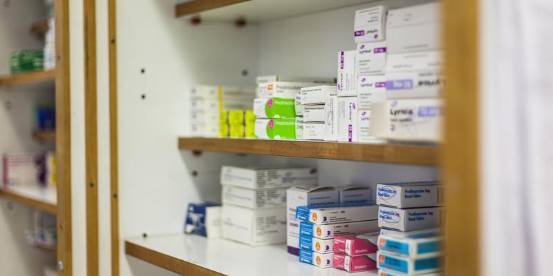 La receta electrónica interoperable permitirá que residentes en otras comunidades puedan retirar medicamentos con su tarjeta sanitaria en Andalucía y los andaluces puedan hacerlo en otras comunidades.
