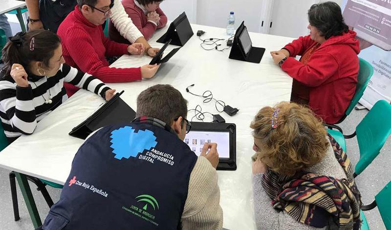'Andalucía Compromiso Digital' mantiene una red de 900 voluntarios en centros de las ocho provincias para ayudar a acabar con la brecha digital. Las entidades interesadas en acceder a las subvenciones del programa pueden presentar sus solicitudes hasta el 21 de agosto.