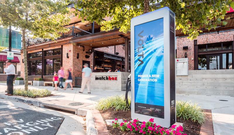 Las estaciones de carga de Volta Charging son gratuitas para quienes conducen vehículos eléctricos ya que son los anunciantes los que pagan esa energía comprando espacio publicitario en cada estación.