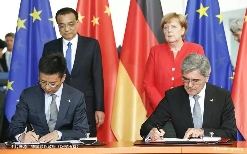 Firma del Memorando de Entendimiento (MoU) entre Siemens y Alibaba Cloud ante la mirada del primer ministro chino y la canciller alemana en Berlín.