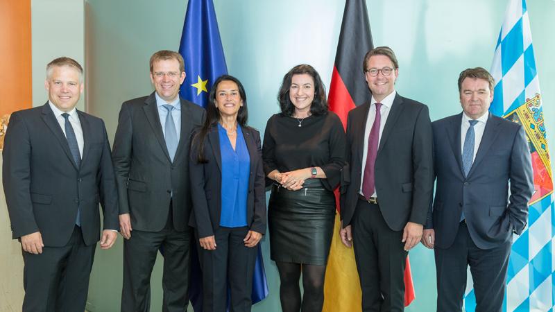 Firma del acuerdo de adhesión de la ciudad de Inglostadt, con su alcalde (izqda.) y las autoridades de Babiera, a la iniciativa Urban Air Mobility (UAM), junto a los representantes de Airbus y Audi, empresas que forman parte del proyecto UAM.