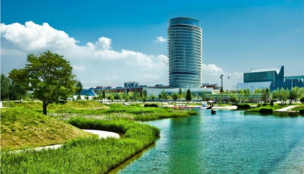 Figura 6. Perspectiva del Parque del Agua con la Torre del Agua al fondo.