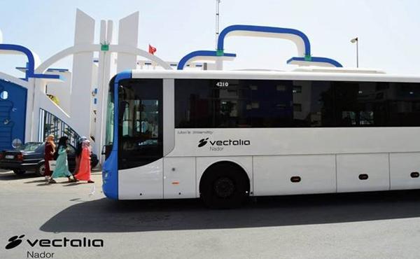 Estación de autobuses en Nador (Marruecos) con un autobús en primer plano.