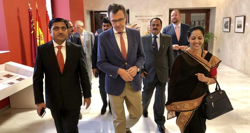 Representantes de la India caminan junto al alcalde de Murcia en el ayuntamiento de la ciudad.