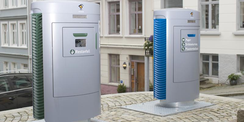 Dos buzones del sistema de recogida neumática de residuos de Envac instalados en Bergen, que incorporan inteligencia artificial.