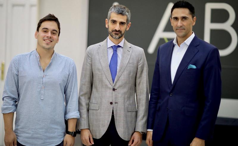 Este jueves han presentado el proyecto piloto de iluminación conectada y aplicación móvil para los ciudadanos Aluzina Madrid, el fundador de Aluzina, Alejandro Hernández, el director general de Innovación de Madrid, Juan Manuel Garrido, y el director general de Signify España y Portugal, Josep M. Martínez.