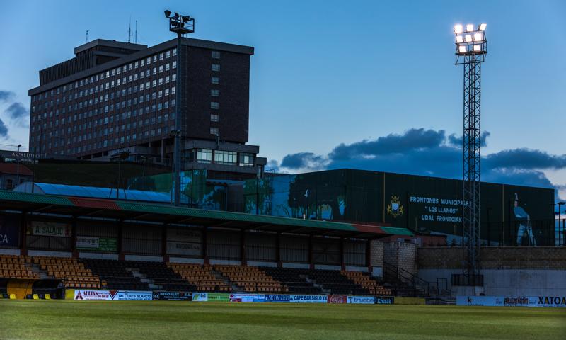 Parte del estadio iluminado con una de las torres.