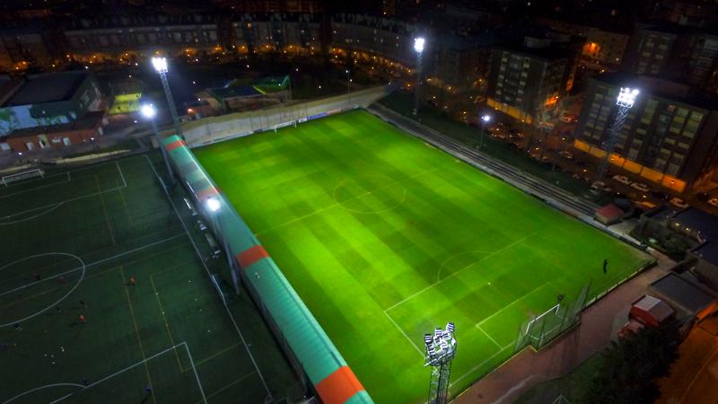 Vista aérea del estadio iluminado