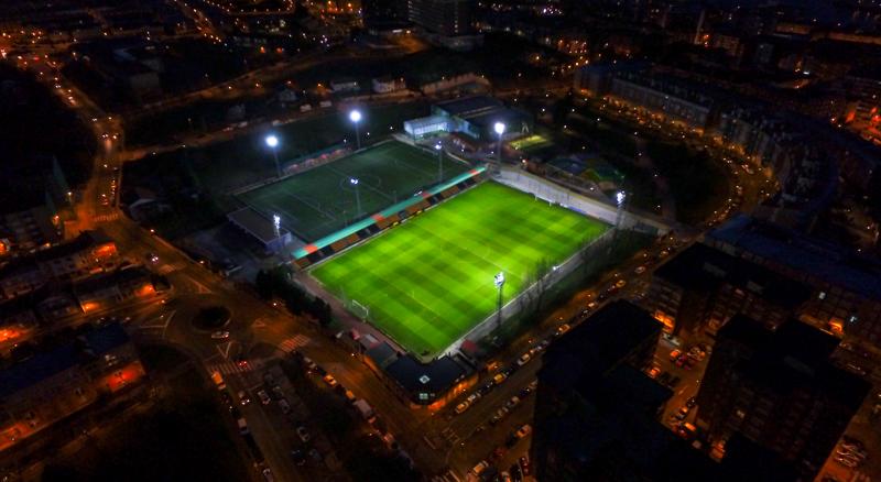 Vista aérea del Estadio La Florida del Club de fútbol Portugalete iluminado con el sistema de iluminación inteligente PerfectPlay de Signify.
