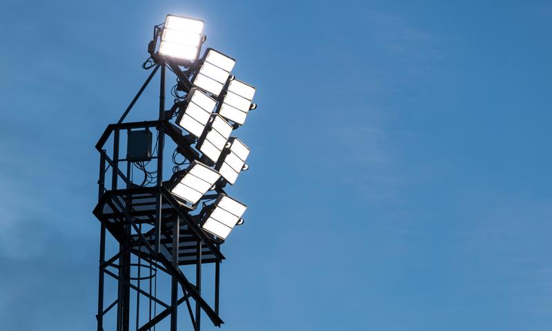Ocho luminarias LED encedidas e instaladas en una de las torres de iluminación de las instalaciones deportivas