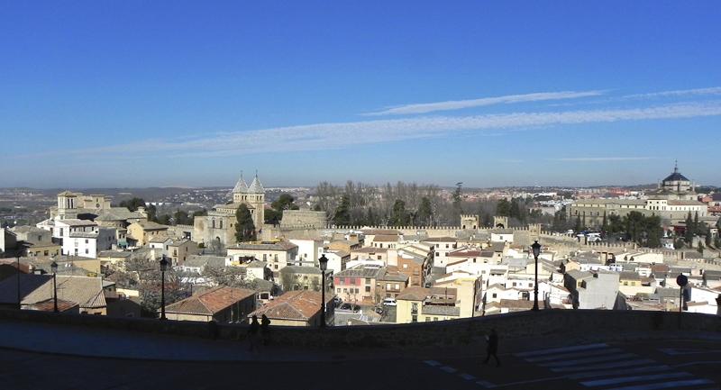 Vista de Toledo desde la puerta del Sol. El sistema de control de accesos a la ciudad en automóvil se ha automatizado con cámaras lectoras de las matriculas, permitiendo el acceso a los vehículos autorizados.