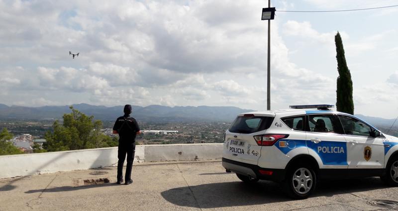 Un policía maneja un dron. La ligereza de los drones y capacidad para acercarse y acceder a todo tipo de lugares facilita la labor de vigilancia y protección de los yacimientos arqueológicos en la Comunidad Valenciana.