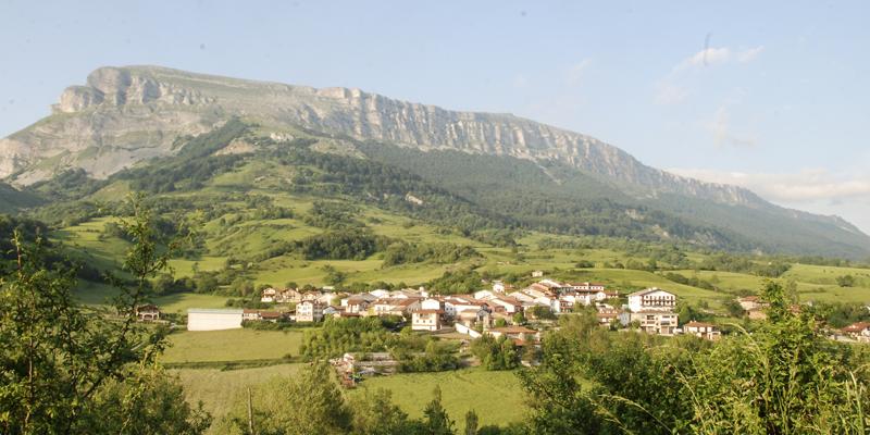 Paisaje montañoso con un conjunto de casitas. Es el pueblo de Dorrao, en Navarra.