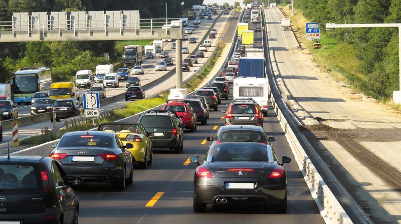 Carretera de cuatro carriles llena de coches