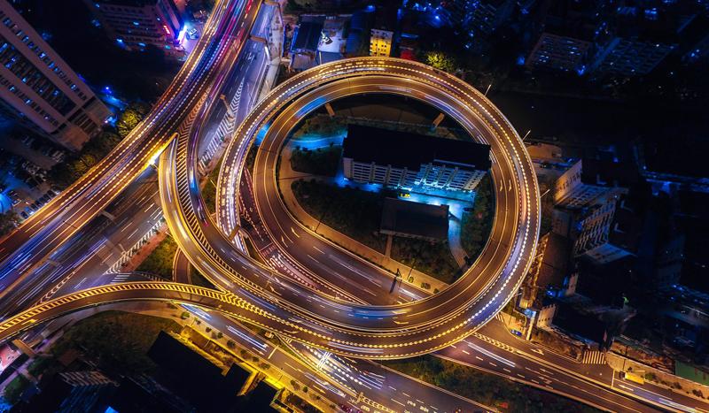 Vista aérea nocturna de una carretera con forma de círculo
