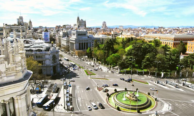 Vista de Plaza de Cibeles e inicio de calle Gran Vía desde el Palacio de Telecomunicaciones a gran altura.