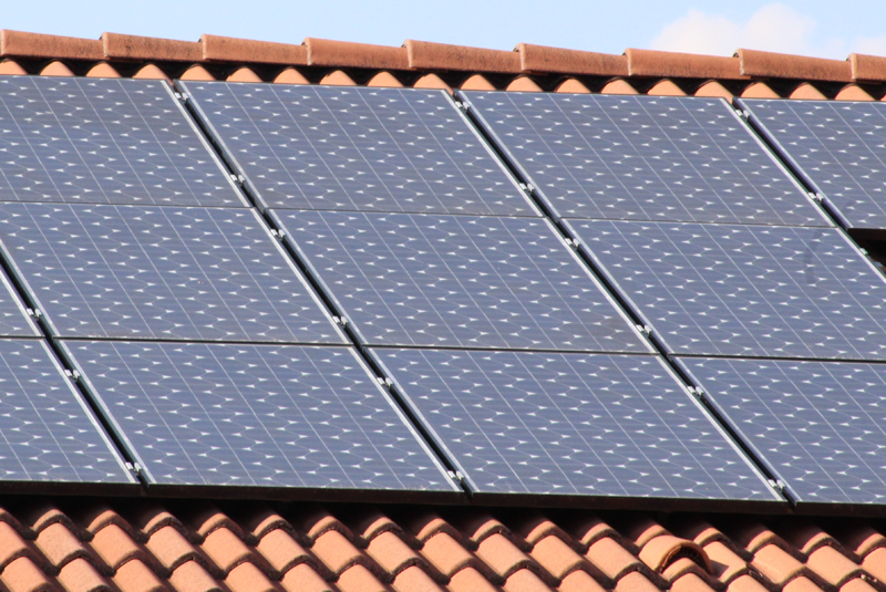 La plataforma desarrollada permite determinar el precio de la electricidad, realizar transacciones simuladas mediante el uso de blockchain y distribuir la el excedente de energía a múltiples hogares desde la instalación del prosumidor.