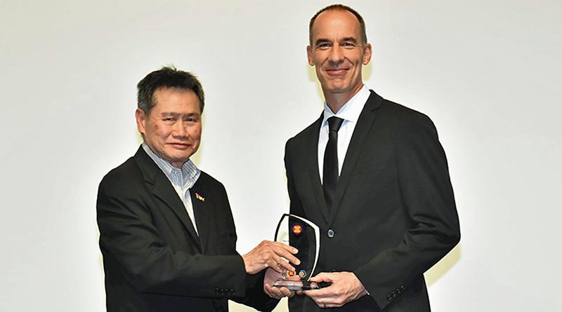 Entrega del Premio a la Energía que ha concedido el Centro para la Energía de la ASEAN a la empresa ABB por la instalación de una estación de carga rápida abierta a todos los conductores y gratuita en apoyo al proyecto de movilidad eléctrica de Malasia.