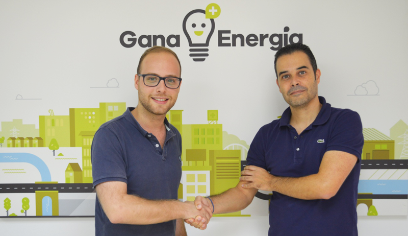 Hugo Mestre de WallboxOK y Ricardo Margalejo de Gana Energía, acuerdan que la comercializadora de energía renovable distribuya los puntos de recarga para vehículos eléctricos de WallboxOK.