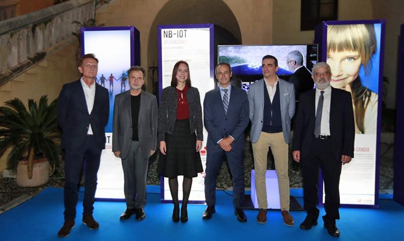 Representantes del Ayuntamiento de Gandía, de Vodafone y Global Omnium, que llevarán a cabo el proyecto de gestión y monitorización de los contadores de agua del municipio a través de red Narrowband IoT.