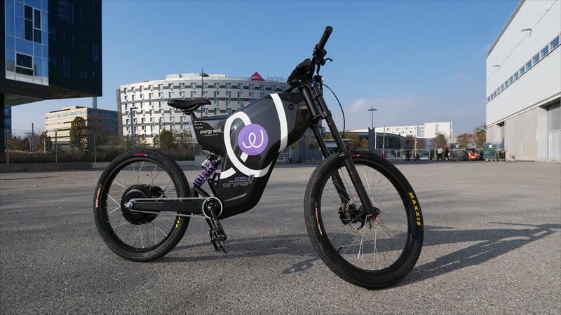 EWF demostró su tecnología durante la European Utility Week con una bicicleta eléctrica. El conjunto de herramientas digitales se sirven de blockchain para, entre otras cosas, verificar el origen renovable de la energía.