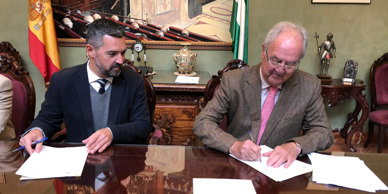El alcalde de Rota, Javier Ruiz Arana, y el presidente del Clúster Andalucía Smart City, Mariano Barroso, firmando el acuerdo de colaboración para llevar a cabo acciones de ciudad inteligente.