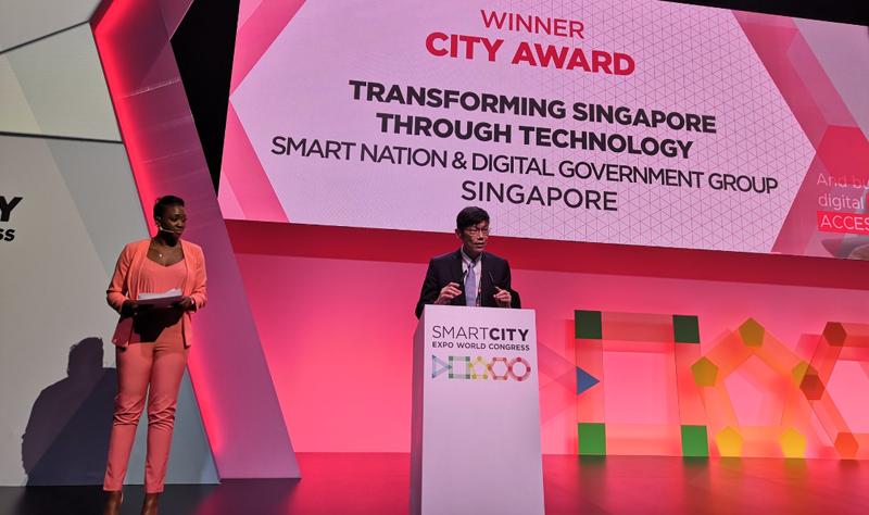 información, Janil Puthucheary, recogió el premio como Ciudad Inteligente 2018.