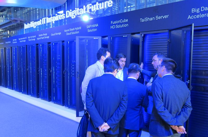 Un grupo de visitantes conoce las soluciones de centro de procesamiento de datos.