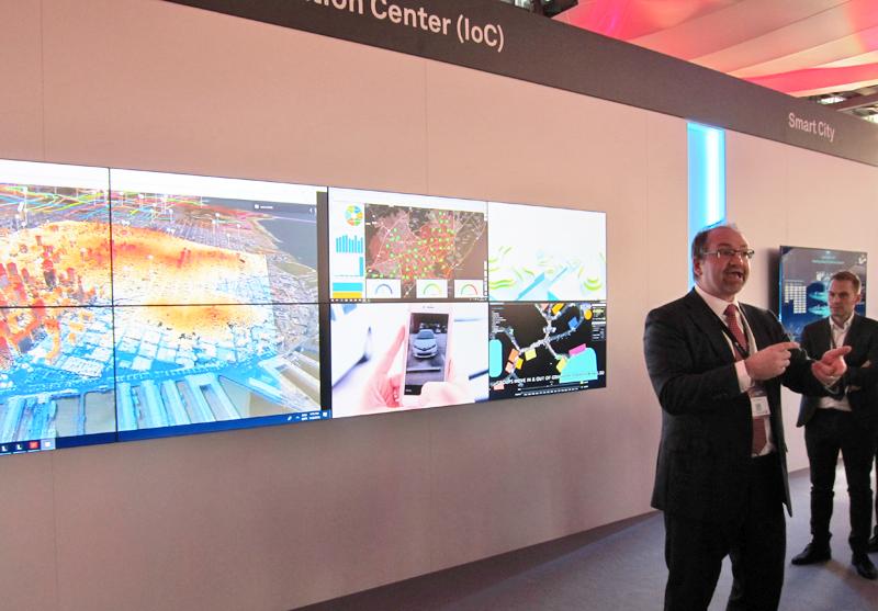 Richard Budel, CIO de Smart, Safe and Healthy Cities de Huawei, explica el funcionamiento del centro de operaciones inteligente.