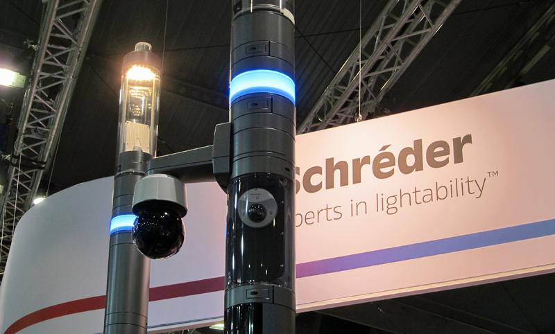 Columnas de iluminación conectada, con cámaras de seguridad, de Schréder en la feria.