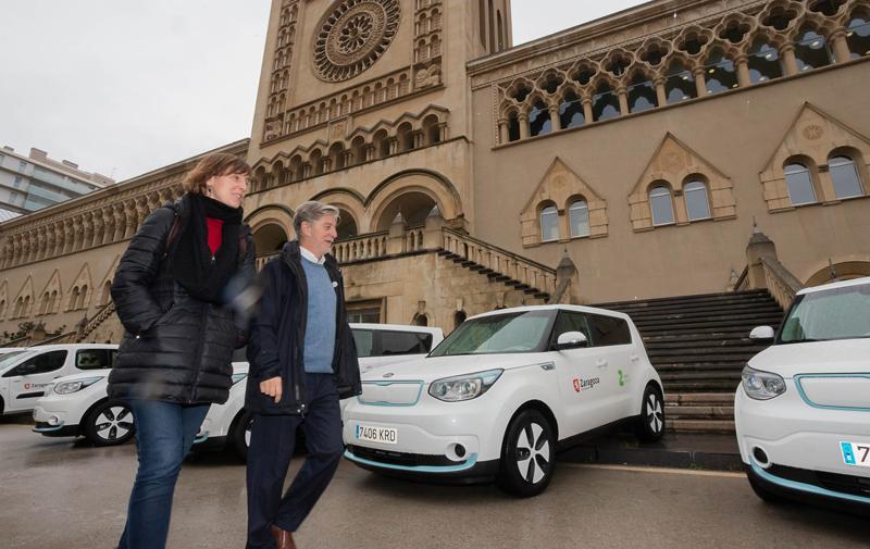 El Alcalde de Zaragoza, Pedro Santisteve, y la concejala de Medio Ambiente y Movilidad, Teresa Artigas, presentaron la primera remesa de coches eléctricos que sustituirán a los de diésel y gasolina.