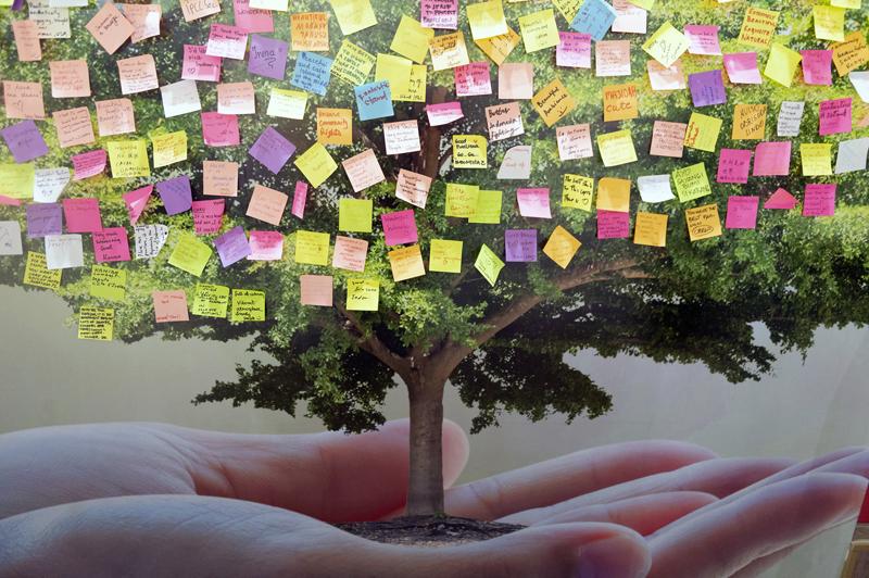 Cartel con un árbol sostenido por una mano abierta. La copa del árbol está llena de pósits con mensajes. A lo largo de las dos semanas que se ha prolongado la COP24 se han desarrollado multitud de actividades y sesiones de trabajo.