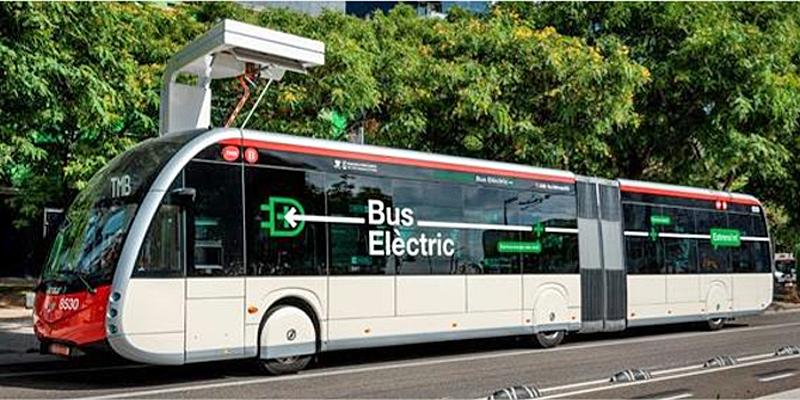 Uno de los autobuses eléctricos con carga por pantógrafo que comenzarán a circular con pasajeros en Barcelona.