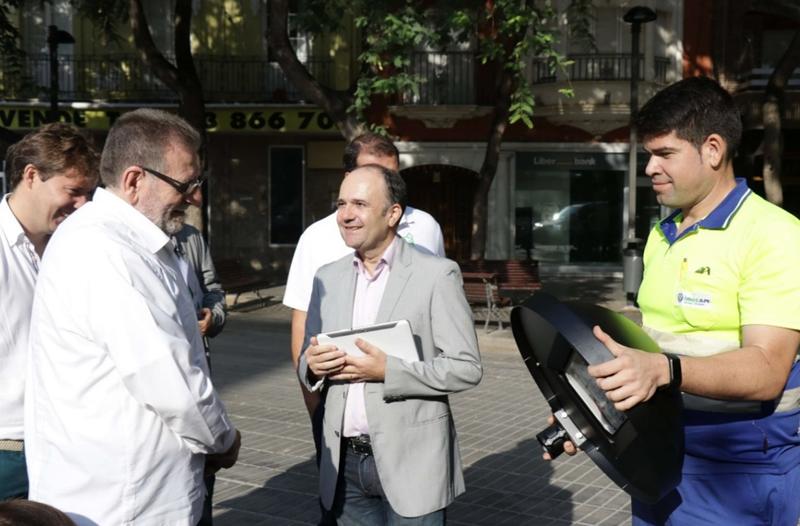 Figura 3. El alcalde Jesus Ros, durante una demostración del sistema de gestión inteligente del alumbrado.
