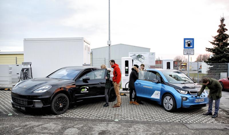 FastCharge, el prototipo de punto de recarga ultrarrápido, es un proyecto del Ministerio alemán de Tráfico e Infraestructura digital, junto con un grupo de empresas, desarrollado en Jettingen-Scheppach (Baviera).