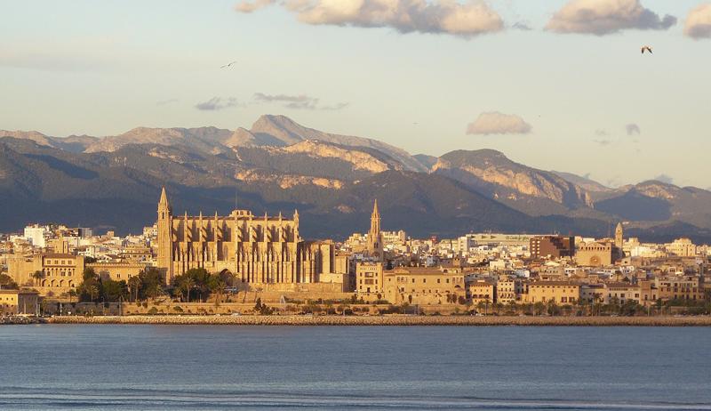 Europcar iniciará en España su plan global de vehículo conectado en sus coches de alquiler a través de un acuerdo con Telefónica y Geotab.