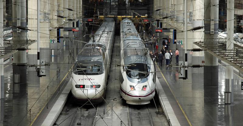 Una parte de la energía del frenado de los trenes de alta velocidad (y del resto de trenes eléctricos) la aprovechan otros convoyes y, otra parte, que antes se transformaba en calor, ahora se puede aprovechar.