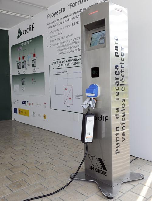 Ejemplo de un poste de recarga eléctrica desarrollado por Adif, empresas y centros de investigación que forman parte del proyecto Ferrolinera. Foto: Adif