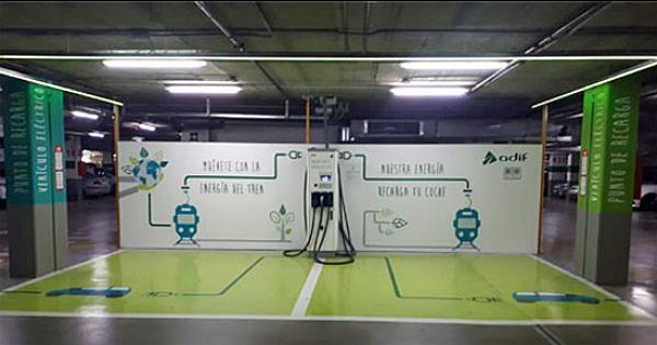 El nuevo punto de recarga eléctrica Ferrolinera de la estación Málaga María Zambrano.