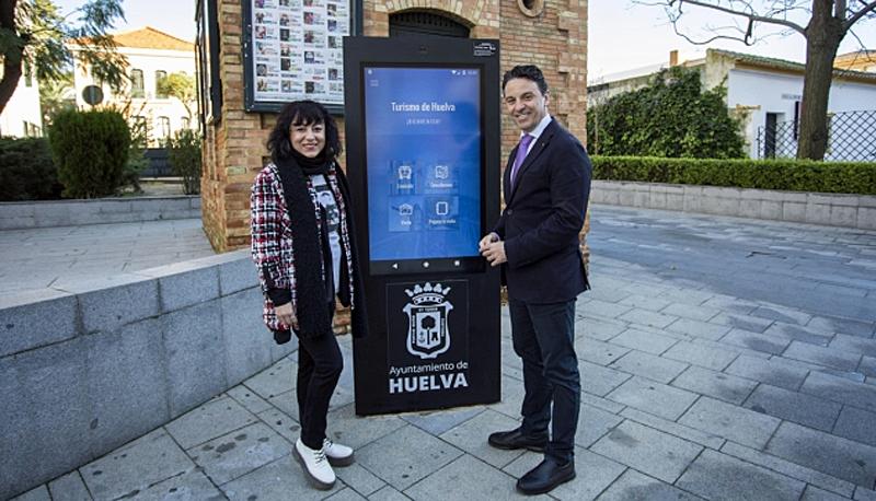 """Uno de los puntos de información turística con pantallas táctiles que se han puesto en funcionamiento en la ciudad de Huelva, junto a otras medidas de ciudad inteligente en el marco del proyecto """"Huelva Smart City Route""""."""