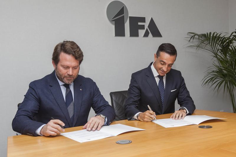 Firma del acuerdo entre Nissan y Grupo IFA para la instalación de electrolineras públicos para vehículos eléctricos en los aparcamientos de supermercados.