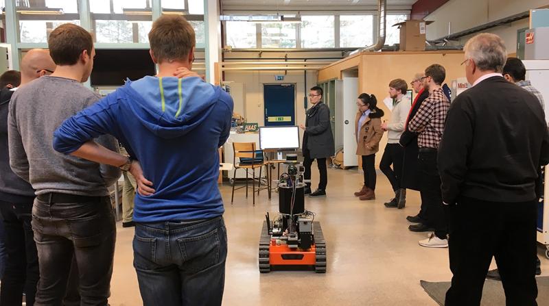 Robot del proyecto europeo SmokeBot, diseñado para asistir a bomberos en misiones de rescate en situaciones de poca visibilidad.