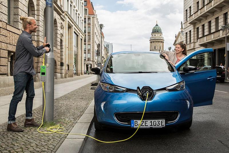 El nuevo modelo de puntos de recarga eléctrica trata de garantizar un uso más eficiente del espacio público utilizando las farolas. El proyecto prevé también utilizar energías renovables para el suministro eléctrico.