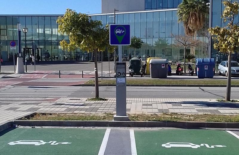 Uno de los nuevos puntos de recarga instalados en la Universidad de Málaga, con sistema de carga para dos vehículos.