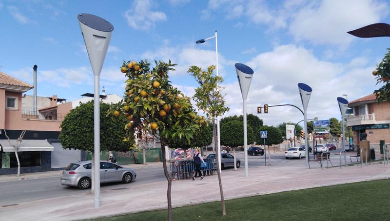 Las farolas solares en el entorno de la biblioteca de Molina de Segura forman parte de las demostraciones del proyecto europeo 737884-Stilormade.