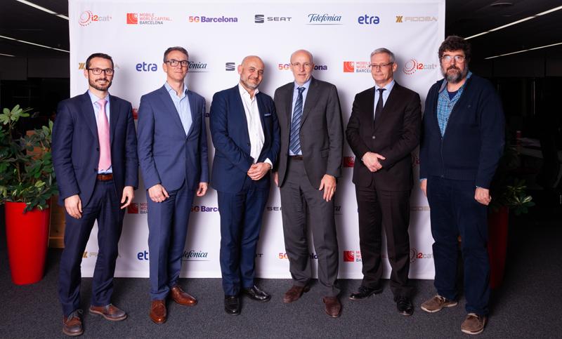 Representantes de las empresas y centros de investigación que han firmado el acuerdo para desarrollar un proyecto piloto de coche conectado en el marco del consorcio 5G Barcelona.