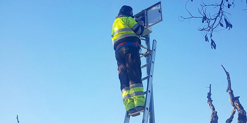 Colocación de uno de los puntos de acceso remoto que permite telegestionar el sistema de riego inteligente de los jardines de Murcia desde un dispositivo móvil.