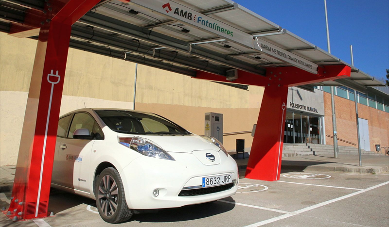 Fotolinera que ofrece recarga eléctrica bidireccional, un sistema piloto por el que las baterías de los coches también pueden suministrar energía.